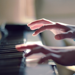 hands-keys-music-piano-play-Favim.com-57134_large[1]
